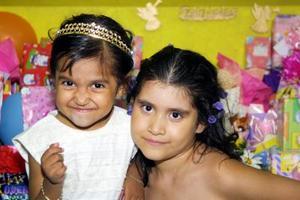 Arleth Guadalupe y Andrea Jocelin Velázquez Sánchez en la fiesta que les organizó su mamá Yolanda Sánchez Lara con motivo de sus tres y siete años de edad.