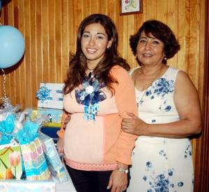 Elssa Ruiz de Favela en una fiesta de canastilla que le organizaron por el próximo nacimiento de su  bebé.