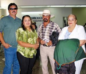 Para visitar a su familia viajó a Los Ángeles, Camilo Mata Muñoz, lo despidieron Cristina Mata y sus sobrinos Marco Antonio Rodríguez y Cristina Betancourt.