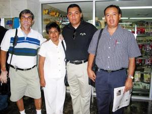 <u>08 octubre </u><p> Rosario Bañuelos y Juan Evaristo Márquez viajaron a Tijuana en plan de trabajo, fueron despedidos por Martha Irene Meléndez de Márquez y Abraham Márquez.
