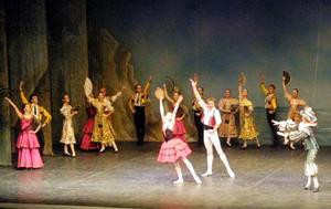 Tampoco faltó el romance envuelto por la magia de las coreografías, de modo que los solistas parecían flotar en el aire, como entre nubes coronadas de amor.