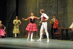 El diseño de vestuario merece una mención aparte, pues se admiraron en el escenario vistosos trajes españoles, elegantes atuendos de toreros y graciosos tutús de colores pastel, que por un momento transformaron la escena en un esplendoroso sueño.