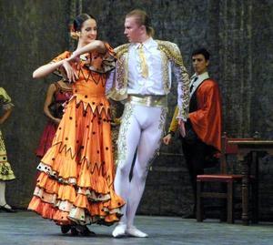 Durante más de dos horas, los bailarines hicieron gala de su maestría en la ejecución de los bailes, al mismo tiempo que demostraron un excelente dominio del escenario y una perfecta armonía grupal.