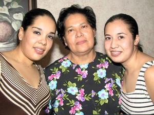 Alondra Olguín Amezcua con su mamá Andrea Amezcua de Olguín y su prima Alama López Olguín en la fiesta de cumpleaños que le ofrecieron.