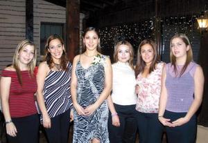 Lorena Garza Gallardo con un grupo de amigas asistentes a su primera despedida de soltera.