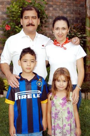 <u>09 octubre</u><p> El niño Miguel Wong Sánchez cumplió nueve años de edad lo acompañan sus papás y hermanita.