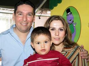 Alejandro Castro Berumen en la piñata que le ofrecieron sus papás Alejandro Castro Varela y Patricia Berumen de Castro por sus dos años de vida.