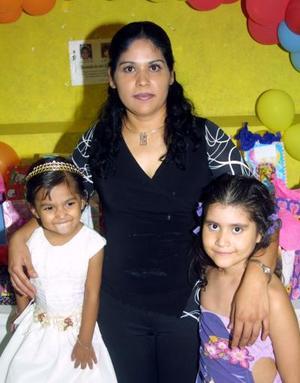 Arleth Guadalupe y Andrea Jocelin Velázquez Sánchez en su tercero y séptimo cumpleaños, respectivamente, las acompaña su mamá Yolanda Sánchez Lara.