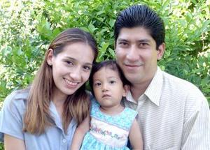 <u>10 octubre</u><p> Vanessa Azeveth Pérez González con sus papás María Teresa González y Ernesto Pérez Colín en el festejo que le organizaron con motivo de su primer año de vida.