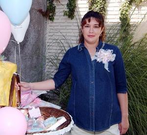 La señora Maricarmen de González está feliz por el próximo nacimiento de su bebé.