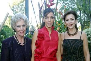 Señorita Bárbara Dueñes Quintero con las señoras Ángelas de González y Susana Quintero en la despedida de soltera que le ofrecieron por su enlace con el señor Héctor González Acosta.