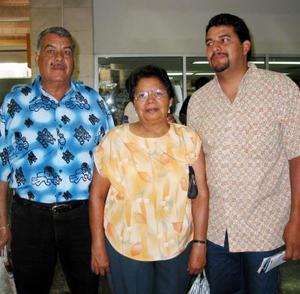 <u>09 octubre </u><p> Para visitar a su familia se trasladó a Tijuana José Macías, lo despidieron sus papás Clementina Sifuentes e Ignacio Macías.