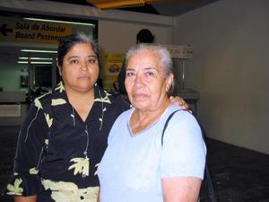 <u>11 octubre</u> <p> Para visitar a sus hijos se trasladó a Tijuana María Guadalupe Trujillo, la despidió su otra hija, María del Pilar.