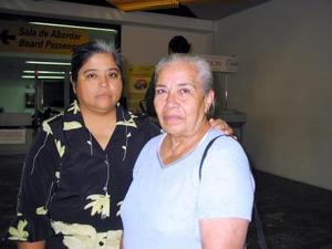 <u>11 octubre </u><p>  Para visitar a sus hijos se trasladó a Tijuana María Guadalupe Trujillo, la despidió su otra hija, María del Pilar.