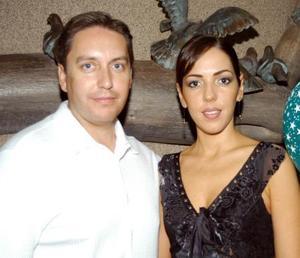 Héctor González Acosta y Bárbara Dueñes en la despedida de soltera que les ofrecieron sus amigos de los viernes