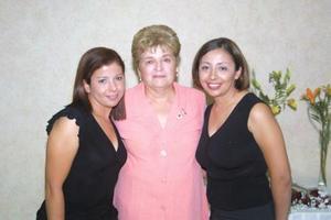Señora Carmelita de la Torre de Anaya con sus hijas Adriana Anaya de Martínez y Patricia Anaya de la Torre en pasado convivio.