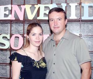 Sofía González Salazar y Jesús Ortuño Gurza en la fiesta de bienvenida que le organizó la familia Gurza por su próxima boda.