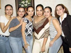 Almedra Olguín con sus amigas Silvia Ibarra, Karina Salazar, Alma López, Ana Pérez y Aracely Hernández, en su fiesta de cumpleaños.