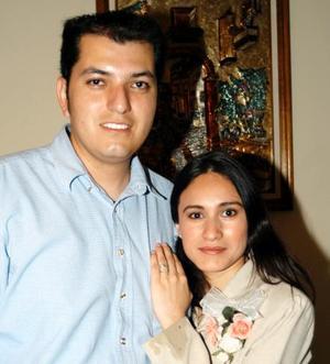 Sergio Fernando Castañon Martínez y Cintia Fierro Proa, en la despedida de solteros que les ofrecieron  por su próximo enlace.