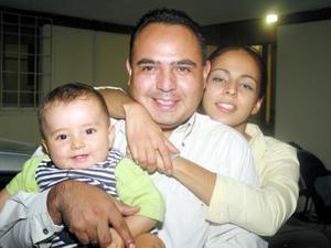 El pequeño Alejandrito Pizarro con sus papás Alejandro Pizarro e Ivonne de Pizarro en pasado convivio familiar.