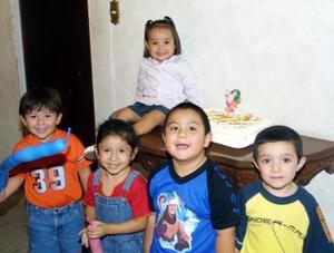La pequeña Paulina González Valdés en la fiesta que le ofrecieron por su segundo aniversario de vida, la acompañan Marco, Pepito, Carlos Andrés y Julieta.