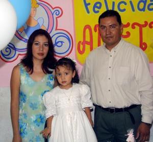Anette en la piñata que le organizaron sus papás, los señores José Sergio Ramírez e Iliana Huerta Rodríguez, con motivo de sus tres años.
