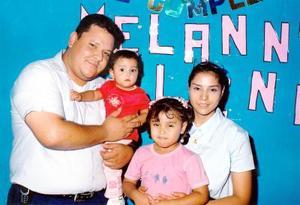 <u>13 octubre</u><p>  Las pequeñas Melanny y Malenny Gutiérrez Martínez con sus padres Rolando Gutiérrez y Laura Sonia Martínez Macías el día de su cumpleaños.