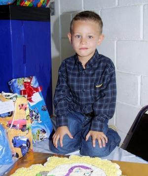 El pequeño Ricardo González García blanco en la piñata que le organizaron sus padres con motivo de sus cuatro años de vida.
