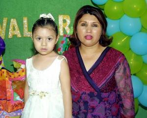 Valeria Quiñones Cervantes con su mamá, Lidia Cervantes de Quiñones en pasado festejo social