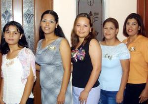 Ana Betsabeh Rodríguez acompañada por Gabriela Prado, Norma de Martínez, Lupita de Silva y Jéssica de Reyes en la despedida de soltera que le organizaron.
