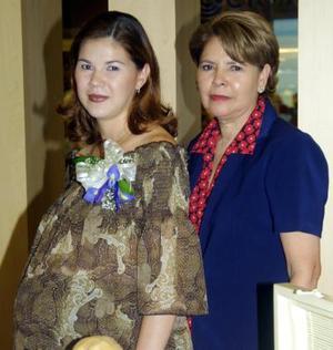 Hilda con su mamá, la señora Rosa del Carmen Hernández Nava el día de su fiesta de canastilla.