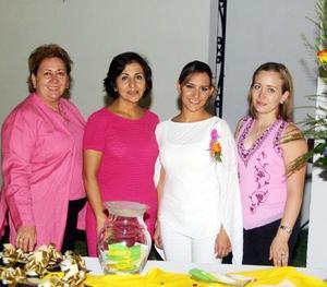 Carolina Gómez en su despedida de soltera con Rita González  Concepción Flores y Goretti de Hamdam.