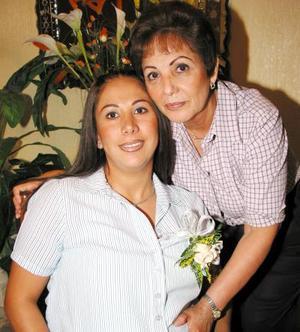 <u>13 octubre </u><p>  Jacqueline Alonzo de Puente con su mamá, Tere López de Alonzo, en la fiesta de regalos para bebé que le organizó