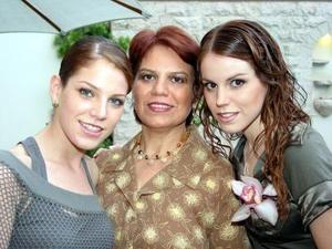 Lupita Estrada acompañada por su mamá, Guadalupe Villarreal de Estrada, y su hermana, Anavilli Estrada Villarreal.