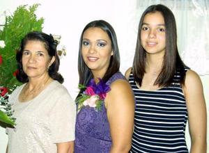 Gabriela Román Echevarría con las anfitrionas de su despedida de soltera, María Isabel Echevarría del Román y Daniela Roma´n Echevarría, mamá y hermana respectivamente de la festejada.