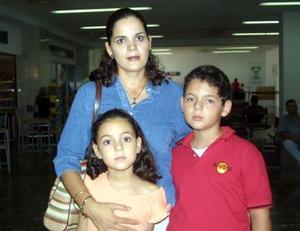 <u>12 octubre </u><p> En espera de un familiar, Carolina de Valdez y sus hijos Alejandro y David fueron captados.
