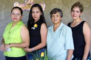 Señorita Lucía Martínez Acevedo en la despedida de soltera que le organizaron Carolina Acevedo, Cecilia Dena y Virginia Martínez quienes la acompañan.