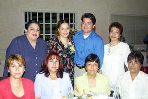 <u>15 octubre </u><p> Claudia Rodríguez y Rubén Esparza acompañados de algunas de las invitadas a la despedida de solteros que se les ofreció por su próximo matrimonio.