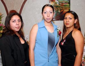 <u>17 octubre</u> <p> Brisa Alejandra Cruz de Santiago acompañada por Maru de Vázquez y Jenny de Arámbula en su despedida de soltera.