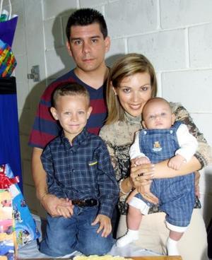 <u>17 octubre</u><p>  Ricardo González Garciablanco acompañado de sus papás, los señores Ricardo González y Daniela de González y su hermanito Rodrigo.
