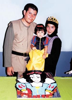 <u>18 octubre</u><p> Ana Luz con sus papás, los señores Juan José Chávez Luévano y Adriana Rocha de Chávez