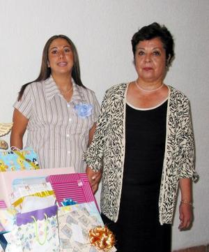 Jaqueline Alonzo de Puente acompañada de su mamá Roselina Domínguez de Puente en la fiesta de canastilla que se le ofreció por el próximo nacimiento de su bebé