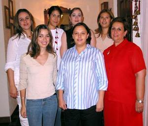 Claudia Eddy de Hernández con las organizadoras de su fiesta de canastilla Laura de Estrello, Brenda Estrello, Lorena Chávez, Lupita Arzos, Claudia de Estrello  y Laura Estrello.