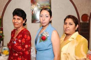 Brisa Alejandra Cruz de Santiago acompañada por las organizadores de su despedida Irma Elena Saenzpardo de Vázquez y María de los Ángeles de Santiago de Cruz