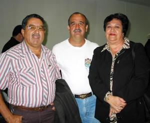 Retornaron a Los Ángeles, luego de visitar a la familia Flores Martínez, Reynaldo y María Socorro Álvarez, los despidió José Flores.