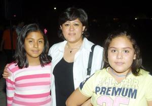 Abril Arelí y Marita, con su mamá en el concierto de Elefante.