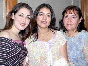 Betty Lugo de Chawi acompañada de las organizadores de su fiesta de canastilla, su mamá Beatriz Puentes y su hermana Sandra Lugo.