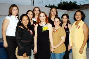 Liliana Saldaña Arámbula con alguas de las invitadas a su primera despedida de soltera