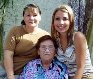Mónica Barba Pastrana junto a su tía Cristina Barba de Torrse y su abuelita Cristina Cortés en el festejo que le organizaron por su próxima boda con el señor Ramiro Enríquez Máynez