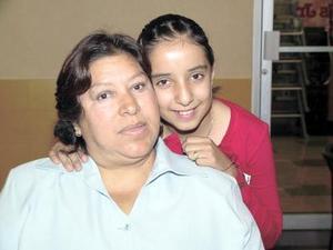 Ana Patricia García Charles con su mamá Alicia Charles Álvarez en su fiesta de cumpleaños.